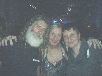 Charles Lum, Claudette und Kuratorin Manuela Kay in der dunklen Nachtbar