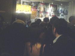 eine weitere Zuschauerschlange vor dem Eröffnungsfilm.....