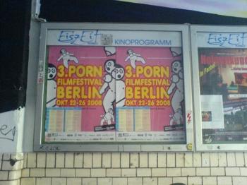 Das PornfilmfestivalBerlin-Plakat im Kino Eiszeit